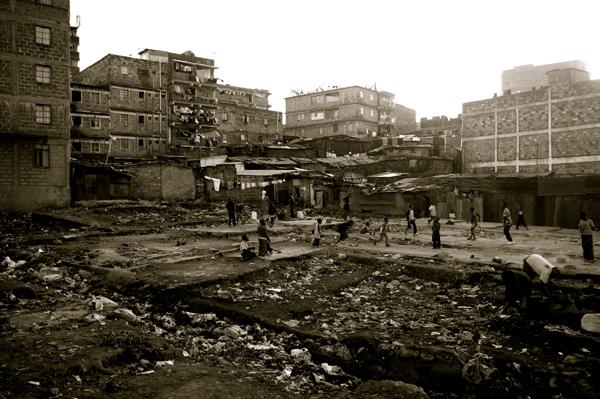 """Nairobi, Mathare, intérieur du quartier """"Viet Nam"""". 2010."""